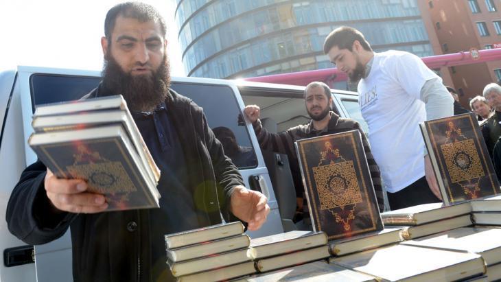 Salafists set up a stall of Korans in Berlin (photo: picture-alliance/dpa/Britta Pedersen)
