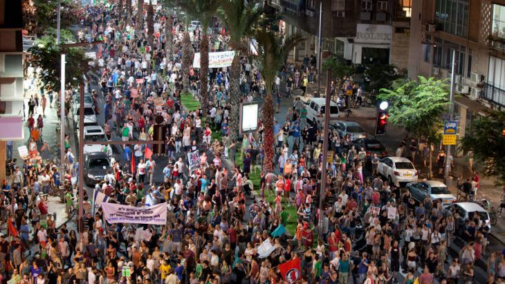 Protests against cuts in social benefits and rising rents in Tel Aviv, July 2012 (photo: Getty Images)