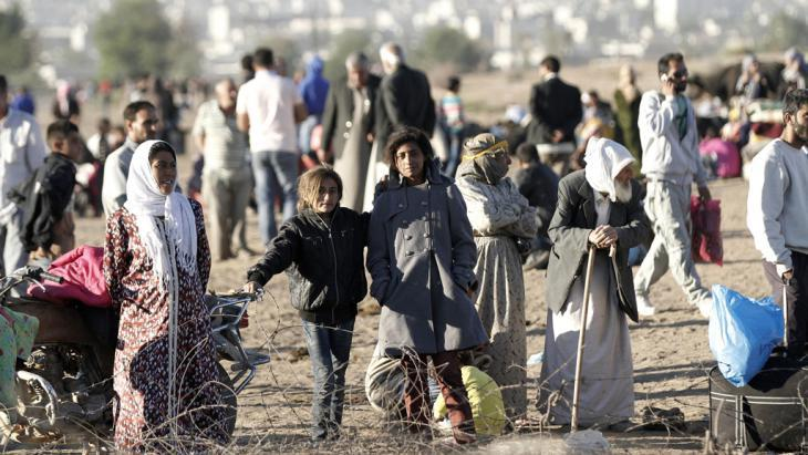 Syrians fleeing to Turkey (photo: picture-alliance/dpa/U. Yunus Tosun)