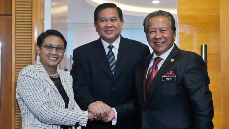 From left: the Ministers of Foreign Affairs of Indonesia, Retno Marsudi; Thailand, Tanasak Patimapragorn; Malaysia, Anifah Aman attend a meeting on human trafficking and people smuggling in Putrajaya, Malaysia, 20 May 2015 (photo: picture-alliance/dpa/F. Ismail)
