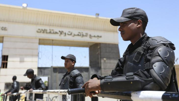 Policemen stand guard outside a court in the outskirts of Cairo during the trial of ousted Egyptian President Mohammed Morsi and Muslim Brotherhood leaders, 16 May 2015 (photo: Reuters/M. Abd El Ghany)