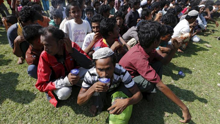 Rohingya migrants queue up for identification at a temporary shelter in the port of Julok village in Kuta Binje, Indonesia's Aceh Province, 20 May 2015 (photo: Reuters/Beawiharta)