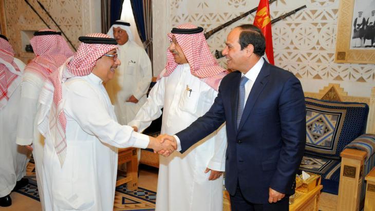 Egyptian President Abdul Fattah al-Sisi (right) visiting Salman, King of Saudi Arabia (photo: picture-alliance/ZUMA press)