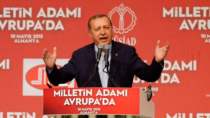 President Recep Tayyip Erdogan addresses a crowd of about 13,000 people at an event in Karlsruhe, Germany, 10 May 2015 (photo: picture-alliance/dpa/R. Wittek)