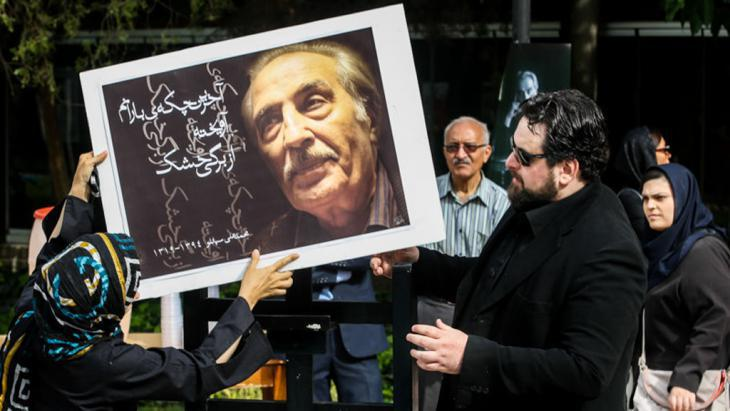 Mourners at the funeral of Mohammad-Ali Sepanlou (photo: ISNA)