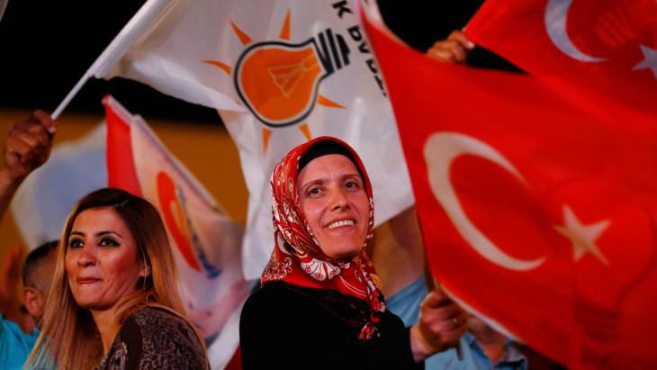AKP supporters celebrate after the announcement of the election result in Ankara (photo: Reuters/U. Bekta)