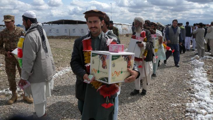 Internally displaced persons in Waziristan receiving food packages from political authorities in Tank, March 2015 (photo: DW/ Faridullah Khan)