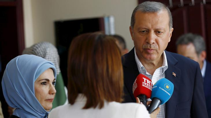 Turkish President Recep Tayyip Erdogan and his wife (left) speaking to a reporter after the announcement of the election result (photo: Reuters/M. Sezer)