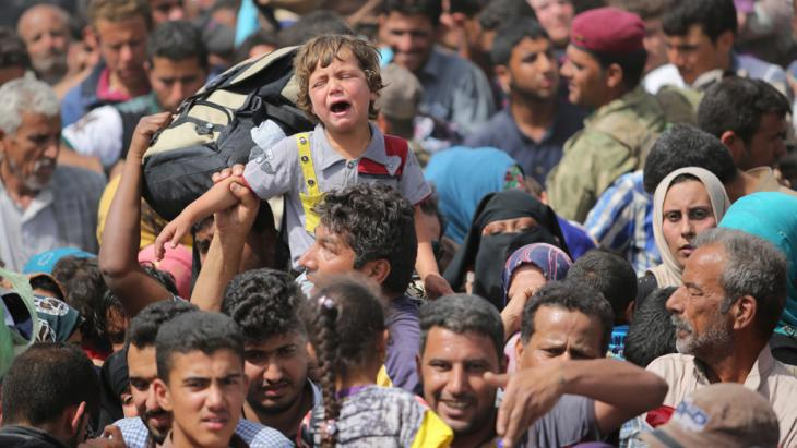 Civilians fleeing Ramadi in April 2015 (photo: picture-alliance/abaca/Ali Mohammed)