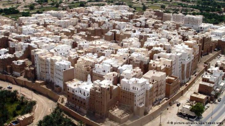 View of Shibam, the historic capital of the Hadramaut region (photo: picture-allliance/epa/Yemen army)