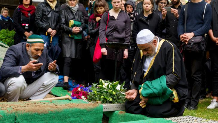 "Burial of a dead refugee in Berlin as part of the action ""The dead are coming"" (photo: picture-alliance/dpa/Geisler Fotopress)"