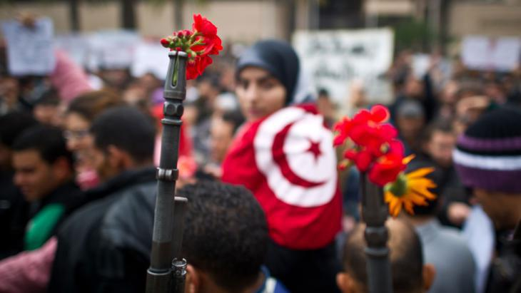 Flowers of the revolution, Tunis – a symbolic image (photo: AFP/Getty Images/M. Bureau)