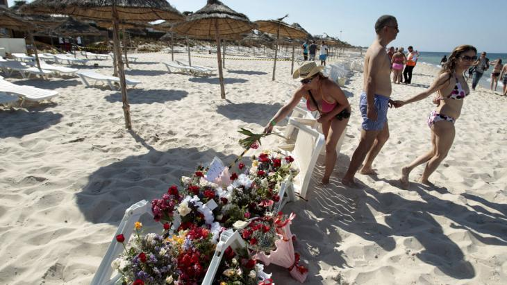 "People leave flowers at the site of the attack near the ""Imperial Marhaba Hotel"" (photo: Reuters/Z.Souissi)"