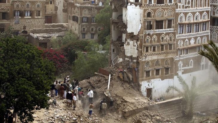 Houses in the old quarter of Sanaa destroyed by Saudi jets (photo: picture alliance/Y. Arhab)