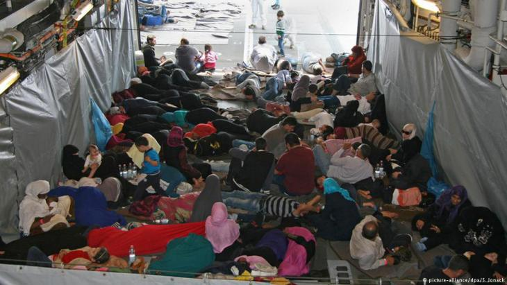 Refugees on board a German ship in the Mediterranean (photo: picture-alliance/dpa/S. Jonack)