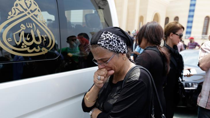Mourner at the funeral of Omar Sharif in Cairo (photo: picture-alliance/AP Photo/H. Ammar)