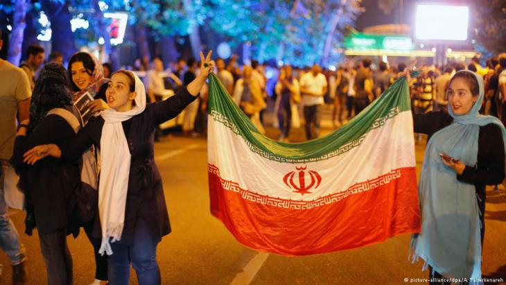 Iranians in Tehran celebrate the reaching of an agreement on Iran's nuclear programme and the gradual lifting of sanctions (photo: picture-alliance/dpa)