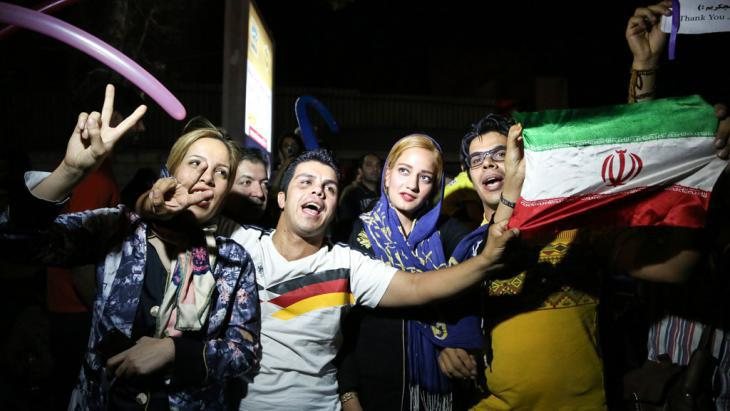 Iranians celebrate the news that an agreement was reached in Vienna (photo: picture-alliance/AA/F. Bahrami)