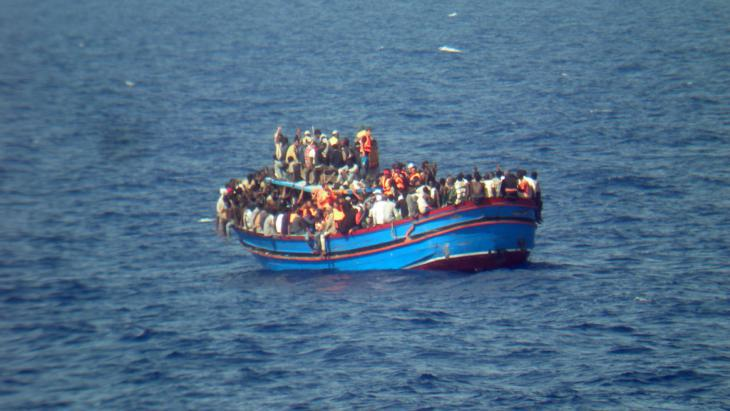 Refugees trying to cross to Mediterranean in a small boat (photo: picture-alliance/dpa/Italian Navy)