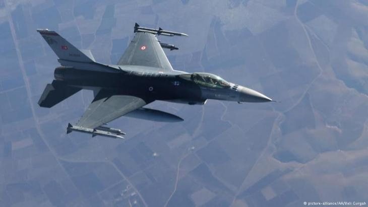 A Turkish Air Force F-16 fighter jet gets ready to hook up a boom to receive mid-air refueling from a refueler tanker over Adana, Turkey on 5 January 2014 (photo: picture-alliance/AA/Veli Gurgah)