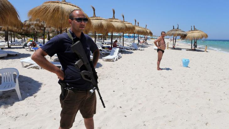 A police officer on the beach in Sousse (photo: picture-alliance/dpa/M. Messara)