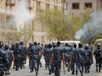 Kuwait's Special Forces disperse a demonstration of Asian workers in Mahboula, Kuwait Monday, 28 July 2008. The workers were demonstrating for better pay and living conditions (photo: AP Photo/Gustavo Ferrari)