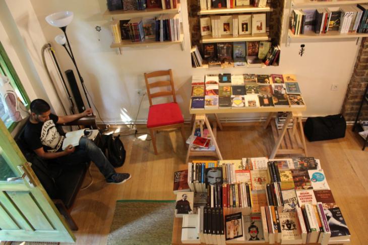 "A customer in the Arabic bookshop ""Pages"" (photo: Ekrem Guzeldere)"