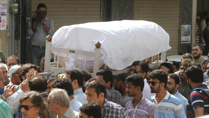 The corpse of the women's rights activist Sabeen Mehmud is carried to her grave, Karachi, April 2015 (photo: DW/R. Saeed)