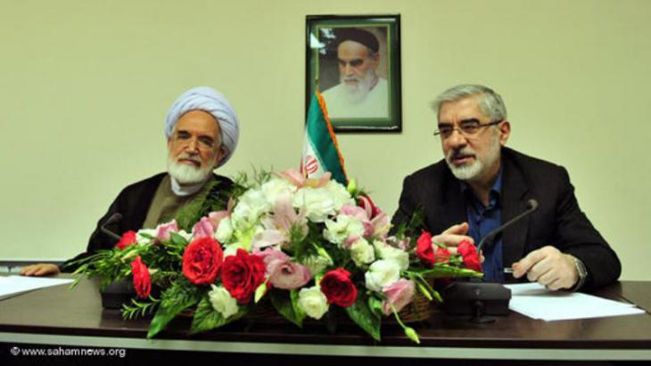 Mehdi Karroubi (left) and Mir Hossein Moussavi holding a joint press conference (photo: www.sahamnews.org)