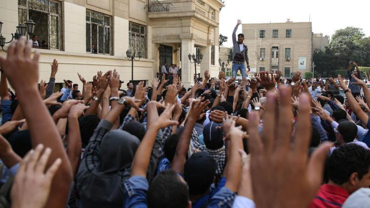 Students demonstrating outside Cairo University in 2014 (photo: picture-alliance/AA/M. Hossam)