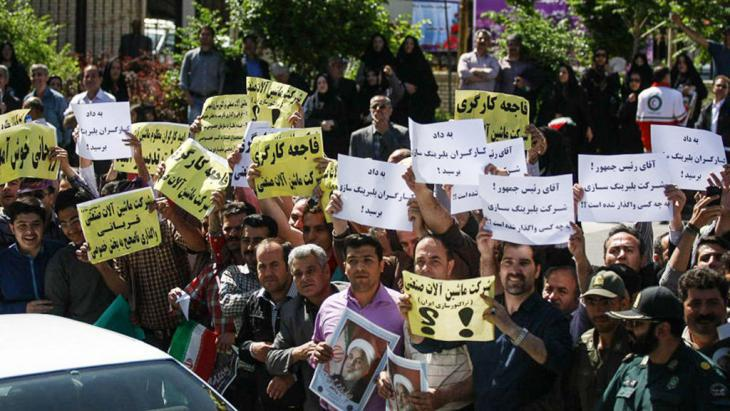 Workers protesting during a visit by President Rouhani to Tabriz (photo: ISNA)