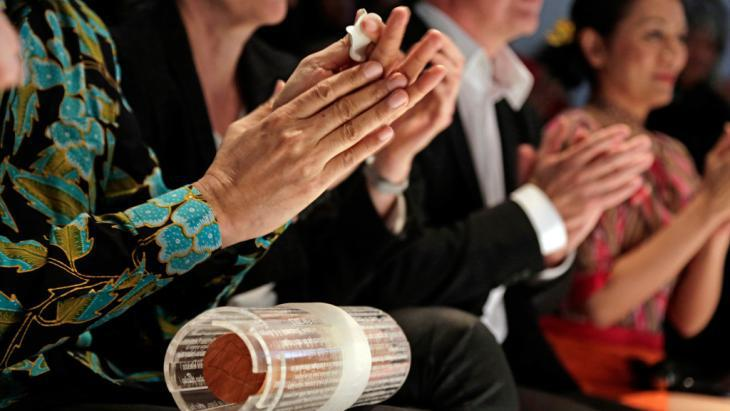 People clapping (photo: Frankfurter Buchmesse/A. Heimann)