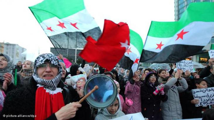 Syrian and Turkish protestors shout anti-Assad slogans during a demonstration in Istanbul, Turkey 13 November 2011 (photo: picture-alliance/dpa)