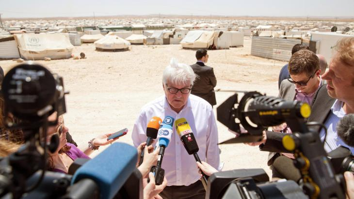 Frank-Walter Steinmeier and journalists at the Zaatari refugee camp (photo: picture-alliance/dpa/J. Carstensen)