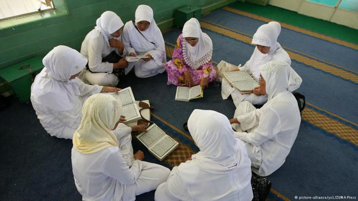 Indonesian girls reading the Koran (photo: picture-alliance/ZUMA Press)