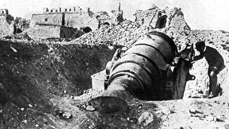 Cannon in Fort Seddil-Bahr, which was occupied by British and French troops, Gallipoli, 1915 (photo: picture-alliance/bildarchiv)