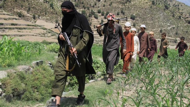IS militants on the move in Afghanistan (photo: picture-alliance/dpa/G. Habibi)