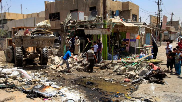 Aftermath of a bomb attack on a Shia district in Baghdad (photo: picture-alliance/dpa)