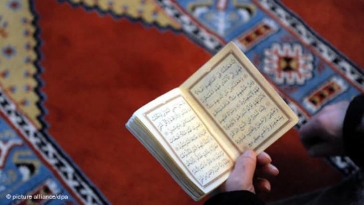 A devout Muslim reading the Koran in the Fatih Mosque in Essen, Germany (photo: picture-alliance/dpa)