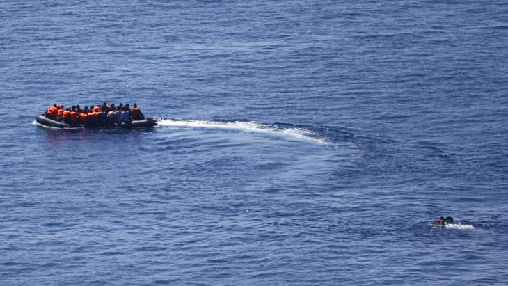 Refugee boat en route to Lesbos (photo: Reuters/M. Sezer)