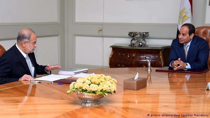 Egypt's President al-Sisi and premier-designate Sherif Ismail (photo: picture-alliance/dpa)