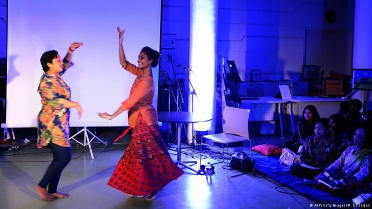 Bangladesh artists perform at a Dhee fundraiser (photo: AFP/Getty Images/M. Uz Zaman)