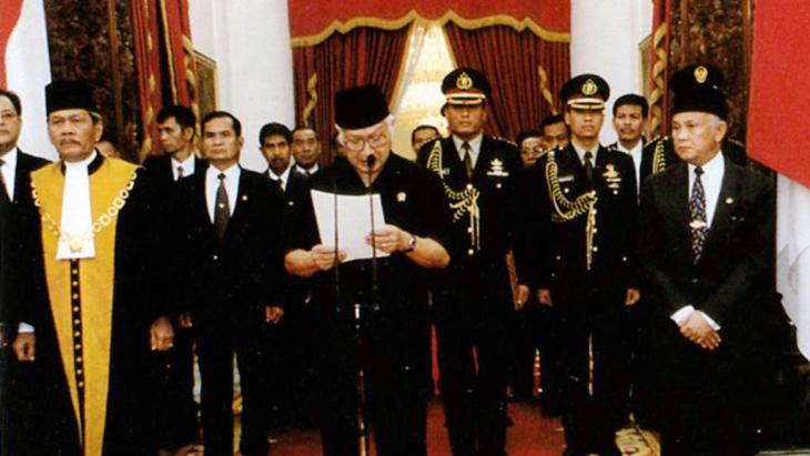Indonesia's dictator Suharto resigns in 1998 (photo: picture-alliance/CPA Media)