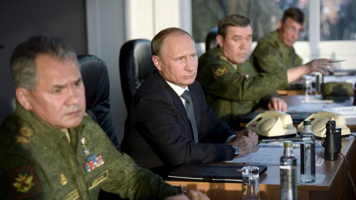 Vladimir Putin oversees Russian military manoeuvres (photo: Reuters/Ria Novosti/A. Nikolsky)