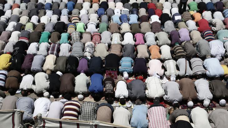 Muslims praying near Rabia Al Adawiyya mosque in Cairo (photo: ITAR-TASS / Denis Vyshinsky)
