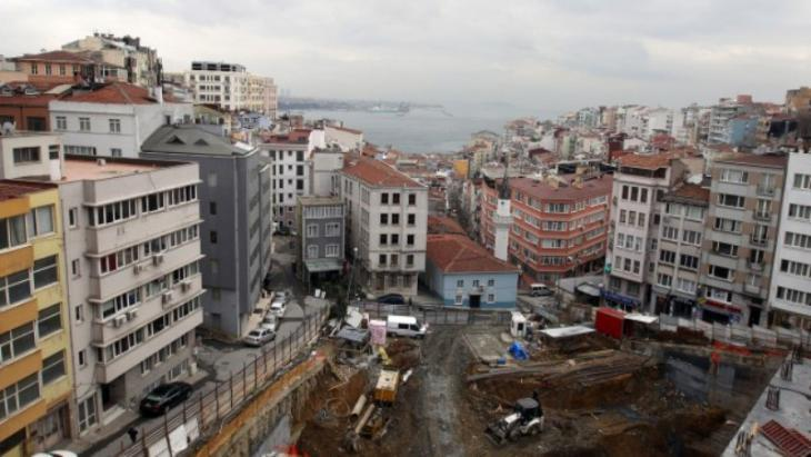View of a major building site and the Bosphorus beyond in Istanbul (photo: picture-alliance/dpa/Friso Gentsch)