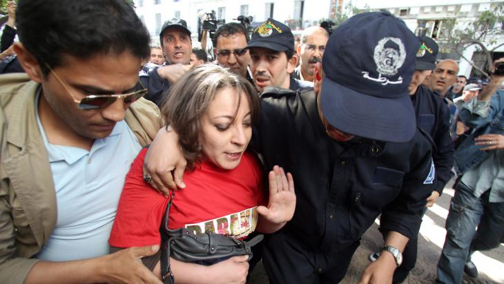 A female protester is detained by police during a demonstration on 16 April 2014 (photo: picture-alliance/dpa)