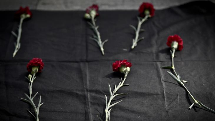 Carnations laid in memory of the Ankara victims (photo: picture-allinace/dpa/O.Orsal)