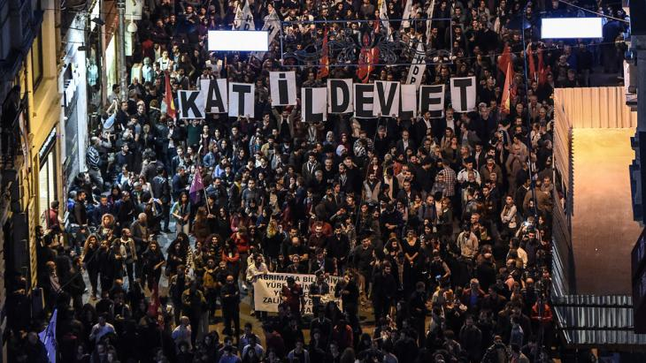 Demonstration following the Ankara bombing on Istanbul's Istiklal avenue (photo: Getty Images/AFP/O. Kose)