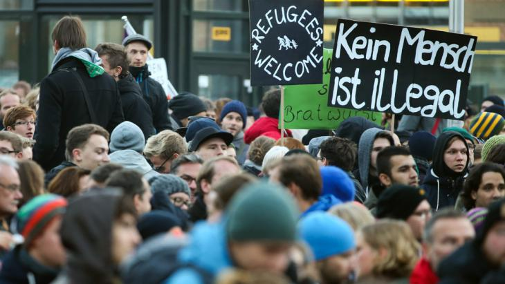 Anti-PEGIDA demonstration in Dresden on 19 October 2015 (picture-alliance/dpa/J. Woitas)